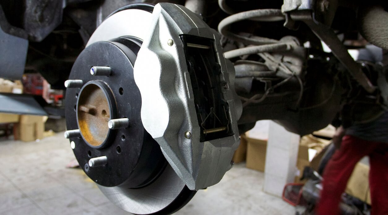 Когда следует менять тормозные диски и колодки?